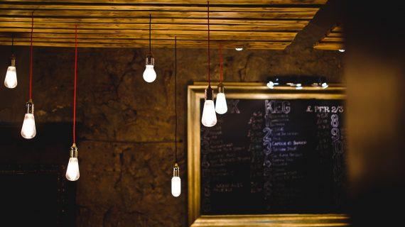 Aprende cómo colgar una lámpara en el techo